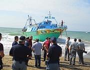 Il barcone arenato sulla spiaggia (foto Marangon)