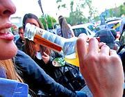 Una ragazza beve una bibita alcolica (Jpeg)