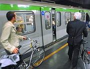 Passeggeri nel  metrò di Milano con biciclette al seguito (Fotogramma)