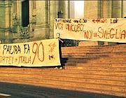Gli striscioni esposti all'alba davanti al ministero (foto Ansa)