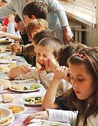 Bambini alla mensa scolastica (Fotogramma)