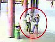 L'aggressione ripresa dalle telecamere nella stazione metr� di Anagnina (Proto)