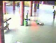 Un fotogramma dal video dell'aggressione: la donna � a terra priva di sensi  (foto Proto)