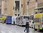 Bus turistici fermi su  via della Conciliazione (Jpeg)