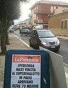 Le locandine dei giornali locali all' edicola di Sperlonga