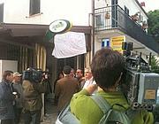 I cameramen di 5 network davanti alla ricevitoria del «miracolo» (foto Zanini)