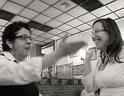Rachel Donadio (destra), del New York Times, in una trattoria a Monteverde (dal blog eternally.cool)