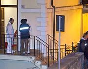 I carabinieri sulla soglia dell'appartamento dove il maresciallo ha ucciso la figlia (foto Proto)
