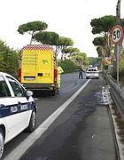 I rilievi dei vigili nel punto in cui è morto il ciclista (Proto)
