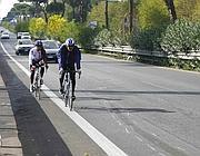 Ciclisti passano accanto al luogo dell'investimento sulla Colombo (Proto)