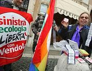 Manifestanti di Sinistra ecologia e libertà distribuiscono preservativi in una manifestazione a Roma (foto Jpeg)