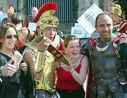 Due turiste al Colosseo con i finti centurioni (Jpeg)