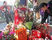 Fiori, candele e messaggi di solidarietà alla stazione metrò di Anagnina, nel luogo dove Maricica Hahaianu è stata aggredita (Jpeg)