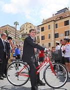 Gianni Alemanno in bici (foto Ansa)