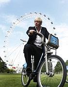 Il sindaco di Londra Boris Johnson su una delle bici a nolo della sua città (Ap)