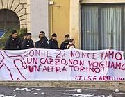 Uno degli striscioni in piazza Montecitorio (Ansa)