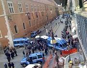 Cordone di polizia schierato all'ingresso di via del Plebiscito