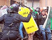 Gli scontri in via San Marcello (Ansa)
