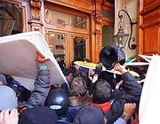 Gli scontri davanti al portone di Palazzo Madama (foto Jpeg)