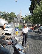 Un vigile al varco di piazza del Popolo (foto Jpeg)