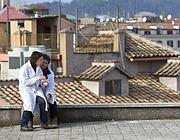Ricercatori sul tetto (Ansa)