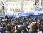 I blindati che bloccano Montecitorio (Ansa)