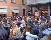 Gli studenti bloccati nella minuscola via Aquiro