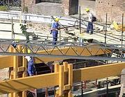 Operai in cantiere dentro l'Anfiteatro Flavio