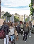 Studenti all'ingresso del Convitto Nazionale (Jpeg)