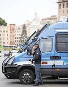 Camionette della polizia in piazza Venezia, ai margini della Zona rossa (foto Eidon)