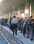 Pendolari in una stazione (foto Proto)