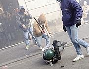 Un finanziere aggredito da manifestanti (Insidefoto)
