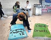 Studenti preparano i libri scudo di gomma