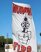 Lo slogan «Non mi fido» su uno stendardo degli studenti (Infophoto)