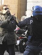 Un poliziotto e un manifestante si affrontano (Ansa)