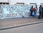Lo striscione esposto davanti al tribunale di Roma (foto Proto)