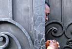 Rifugiati nell'ex ambasciata - Un gruppo di rifugiati somali senza documenti vive da 6 anni in stato di abbandono all'interno dell'edificio che ospitò l'Ambasciata della Somalia in via dei Villini 9. Dopo un primo sgombero della polizia a novembre, sono tornati più numerosi di prima:  sono circa 140 ammassati tra materassi e letti di cartone in quello che è divenuto un dormitorio lager (foto Andrea Sabbadini)