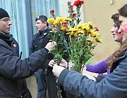 Gli studenti in corteo porgono fiori alle forze dell'ordine (foto Jpeg)