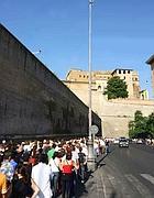 La fila per entrare ai Musei Vaticani (Eidon)