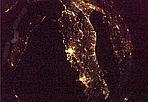 """Cartolina spaziale - Roma e Napoli viste dallo spazio, in una foto diffusa il 28 dicembre 2010. E' una delle cartoline inviate dalla stazione orbitale l'astronauta italiano dell'Agenzia Spaziale Europea (Esa) Paolo Nespoli. L'astronauta ha davanti a sé un programma di lavoro vastissimo, ma in questo primo periodo di adattamento trova il tempo di guardare dalla grande finestra della stazione orbitale, la Cupola: """"bellissima l'Italia questa notte. Chiara e senza nubi (eccetto Napoli...) Sono rimasto con il naso all'ingiù a godermela.."""", è il messaggio che ha inviato questa mattina su Twitter (Ansa)"""