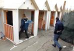 Morto di freddo - Si chiamava Mohamed Mubin, aveva 38 anni, l'uomo di nazionalità marocchina trovato morto in una cabina presso lo stabilimento Arcobaleno sul lungomare Toscanelli. Ucciso dal freddo: l'uomo era riverso all'interno della cabina coperto con delle coperte. Intorno abiti, borse, pochi effetti personali (foto Faraglia)