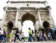Turisti all'arco di Costantino (Foto Eidon)