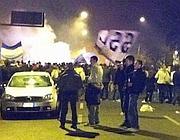 Tifosi a margine della festa della Lazio: sullo sfondo il fumo degli incendi (Lapresse)