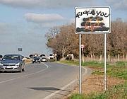 Uno dei cartelli imbrattati (Foto Faraglia)