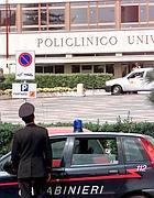 Carabinieri davanti al Gemelli (Ansa)