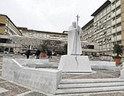 L'ingresso del Policlinico Gemelli: al centro una statua di Papa Giovanni Paolo II (Ansa)