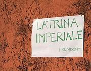 Il cartello apparso in via Tempio della Pace (Foto Proto)