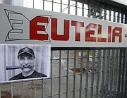 Una foto appesa ai cancelli di Eutelia per contestarne i manager (foto Ansa)
