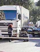 Rilievi dei vigili sul camion che ha travolto e ucciso una ciclista (foto Proto)