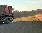 Un camion all'interno della cava (foto Faraglia)